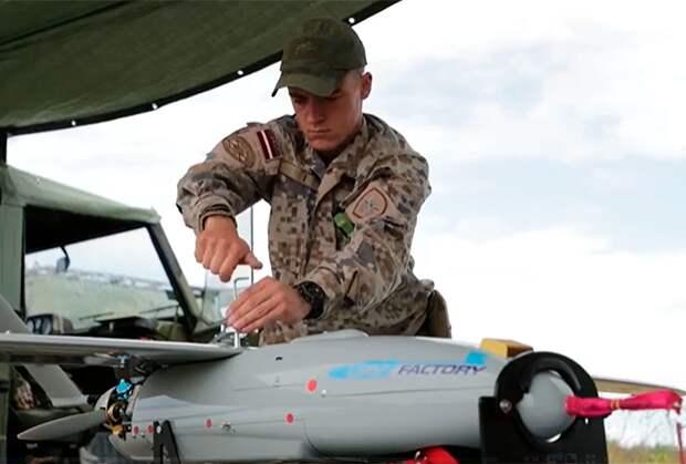 Латвийский военный обслуживает дрон «Пингвин»