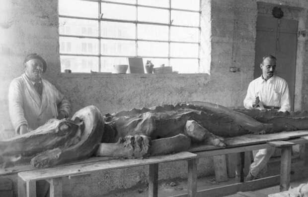 Джузеппе Маццотти и Лучио Фонтана со скульптурой Coccodrillo e Serpente (Крокодил и змея), Альбиссола, 1936 год. / Фото: fondazioneluciofontana.it