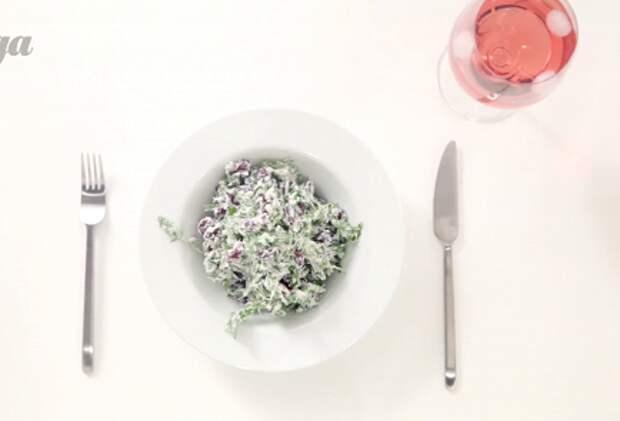 Фото приготовления рецепта: Салат из красной фасоли с творожным сыром, красным луком и сезонным салатом - шаг 3