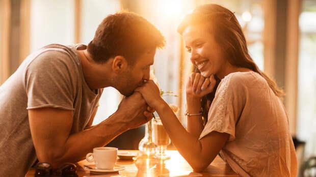 парень целует руку девушки