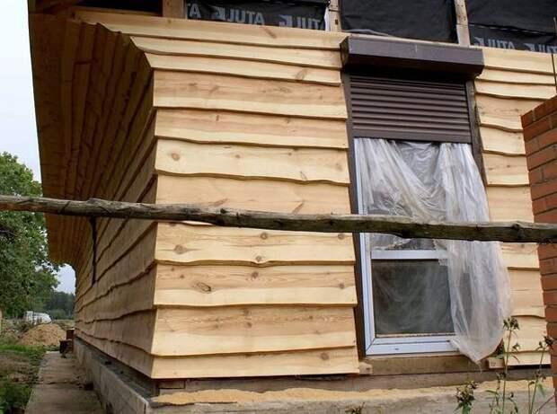 Необрезная доска в отделке фасада. Фото с сайта лесобаза.рф