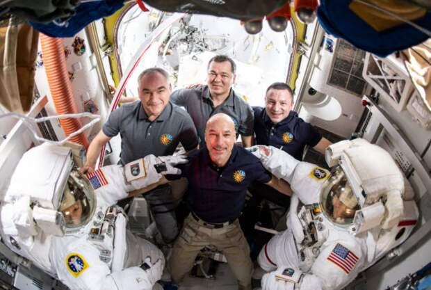 Перед выходом в открытый космос астронавтов