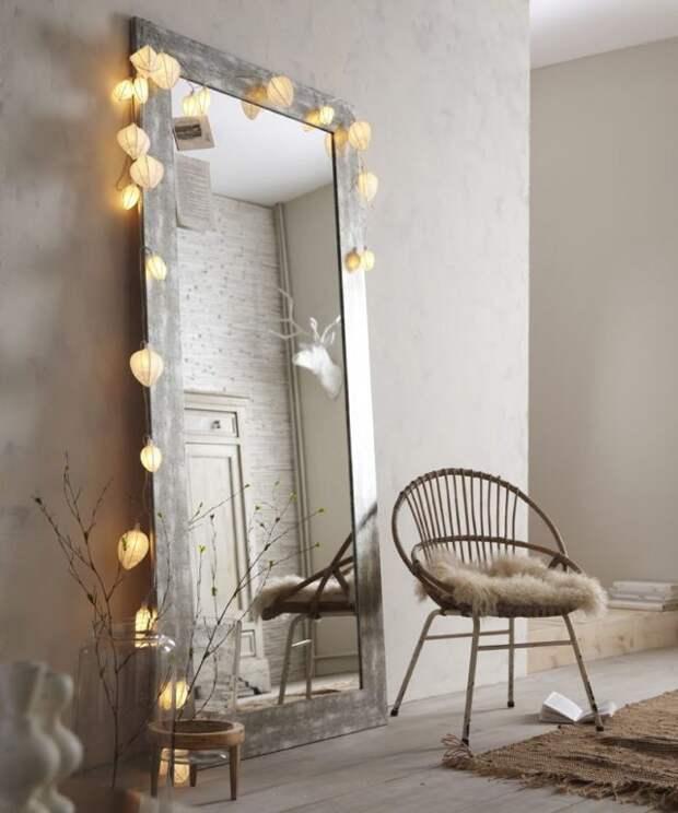 большое зеркало у стены