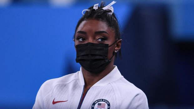 Гимнастка Байлз снялась с упражнений на брусьях в Токио