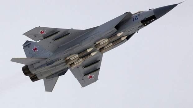 Высотные истребители МиГ-31БМ отработали воздушный бой над Тихим океаном