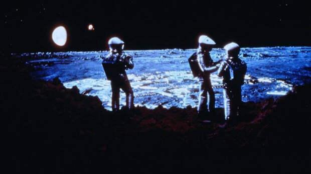 Режиссера Стэнли Кубрика, снявшего фильм «2001 год: Космическая одиссея» за год до первой лунной миссии «Аполлона-11» (на фото – кадр из фильма), конспирологи считают одним из главных действующих лиц «лунного заговора»