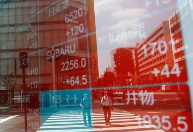 Люди в защитных масках отражаются на экране, показывающем цены акций снаружи брокерской конторы в Токио, Япония, 31 августа 2020 года. REUTERS/Kim Kyung-Hoon