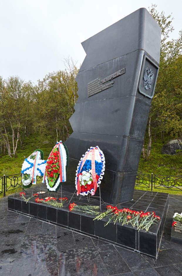 Монумент памяти моряков подводной лодки «Курск» в поселке Видяево Мурманской области, где базировался ракетоносец