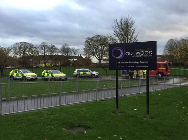 Дети в школе Outwood Academy в Рипоне, Северный Йоркшир, начали терять сознание во время службы в День памяти.