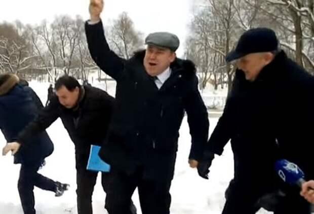 Губернатор Ленобласти голыми руками вытолкал из снега ГАЗель
