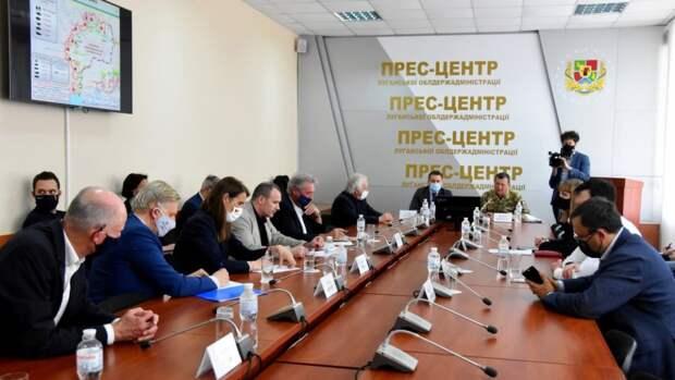 Доклад иностранной делегации обстановки на юго-востоке Украине заместителем командующего ООС генерал-майором Э.Москалевым