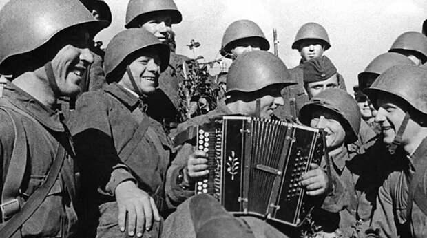 Алибасов, Лоза и Пригожин объяснили, почему песни о войне выдержали испытание временем