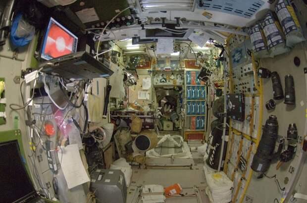 Модуль МКС «Звезда», вид изнутри. В оболочке модуля появились микротрещины, через которые из него утекает воздух  / ©Wikimedia Commons