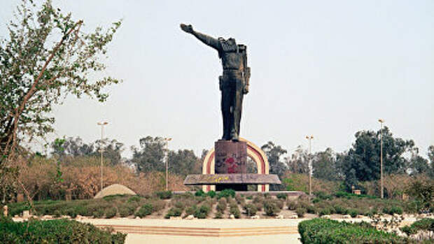 Обезглавленный памятник Саддаму Хусейну в центре Багдада