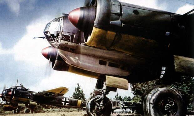 На переднем плане бомбардировщик Ju 88A-5 с серийным номером W.Nr.884412 из эскадрильи 8./KG 1, лето 1941 года. 25 августа он будет подбит советской зенитной артиллерией и отправится в заводской ремонт - «Сталинские соколы», которые никуда не улетали   Warspot.ru
