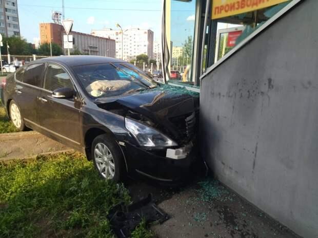 В Ижевске водитель иномарки протаранил стену магазина