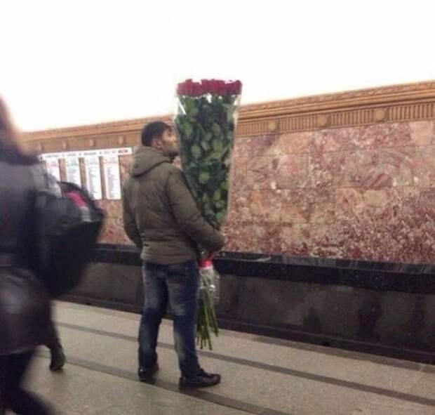 Всем известно, что девушки очень любят цветы. прикол, просит прощения, прости, фото