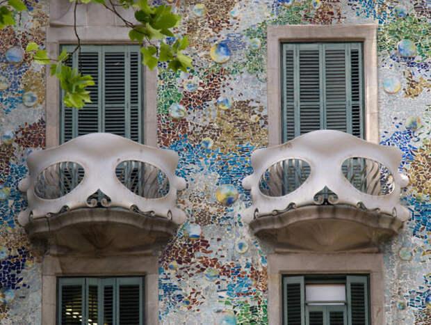 Фасад дома Бальо архитектора Антонио Гауди, украшенный мозаикой. 1877 год