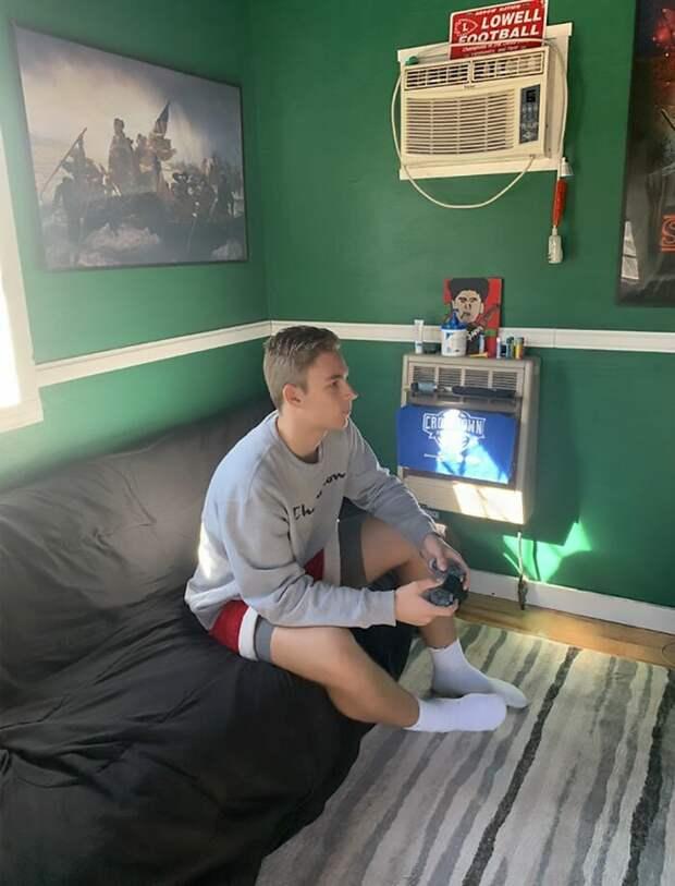 Броди любит уединиться у себя и поиграть в PlayStation