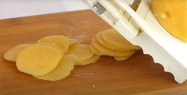 Превращаем обычное пюре в натуральные чипсы. Варим, сушим, а потом обжариваем в масле