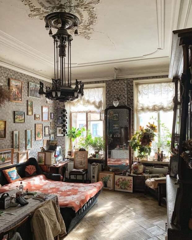 Как живут люди в Питере в коммуналках, где много лет не было ремонта? У них дома старинные потолки, печи и ванные