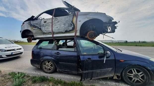 На крыше Ford Focus попытались перевезти Peugeot 206 CC