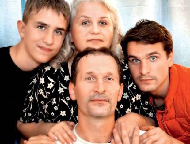Фёдор и Ирина Добронравовы с сыновьями. / Фото: www.7days.ru