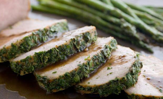 Обваливаем мясо в зелени и ставим в духовку
