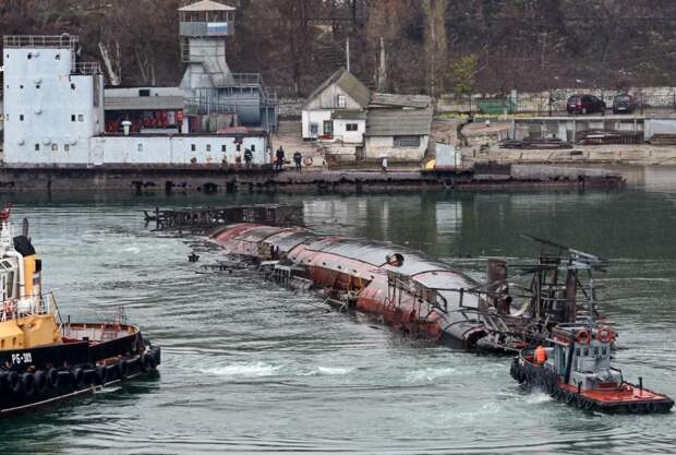 Фоторепортаж: как в Севастополе затонувшую подлодку доставали