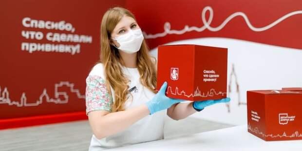 Собянин: Москвичи 65+ после повторной прививки от COVID-19 получат набор «С заботой о здоровье»