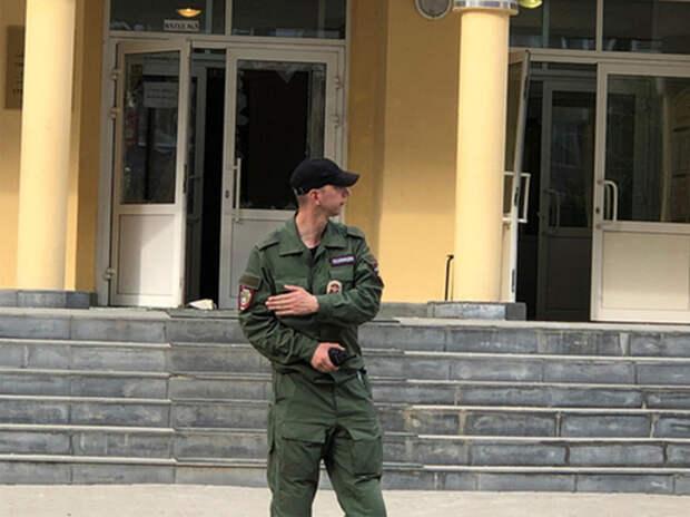 Дыры в заборе: как охраняют школу после теракта в Казани