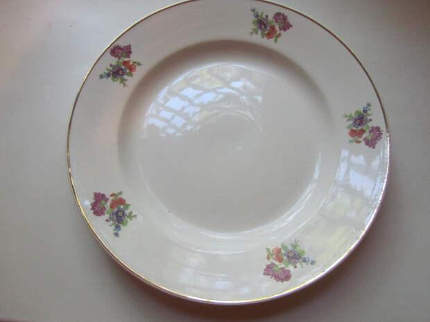 А давайте вспомним наши советские тарелки. Право, они того стоят. У вас такие были?
