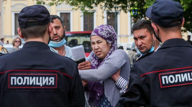 Докатились! В России начали целовать ноги мигрантам