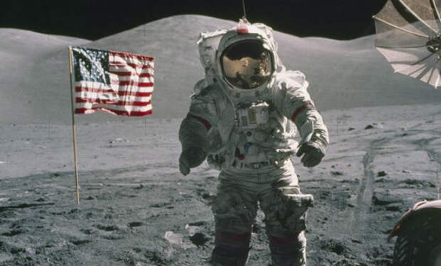 На шлеме астронавта с луны разглядели человека без скафандра