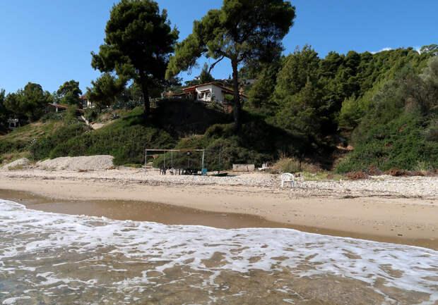 Белый домик на скале - тот самый, где мы жили. И пляжик внизу был только наш.
