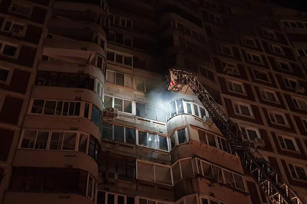 Мать с двумя детьми спасли из горящей квартиры в Петербурге