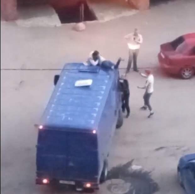 Колорит в Рыбацком: драка случилась на крыше фургона, в какой-то момент он тронулся