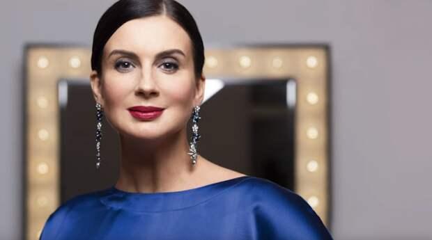 51-летняя Екатерина Стриженова вышла в свет в прозрачной блузке