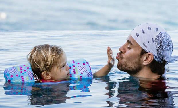 Никаких больше поцелуев: новое фото Энрике Иглесиаса с детьми