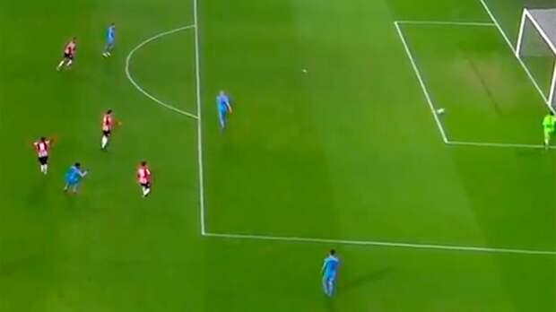 «Увидел привидение». Футболист голландской команды забил курьезный гол всвои ворота: видео