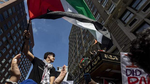 Участники акции в поддержку Палестины начали жечь файеры на Манхэттене