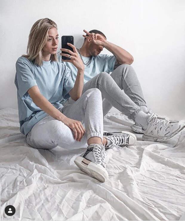 девушка и парень в одинаковой одежде