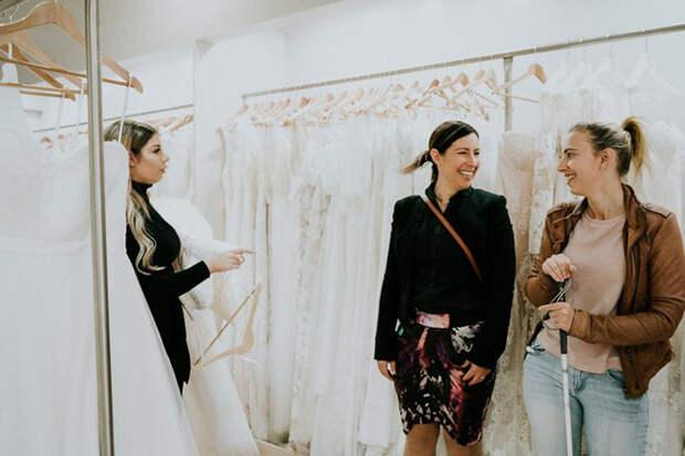 Стеф со своей подругой в магазине свадебного платья. Фото: James Day.