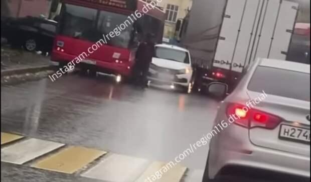 ВКазани произошло массовое ДТП сдвумя автобусами