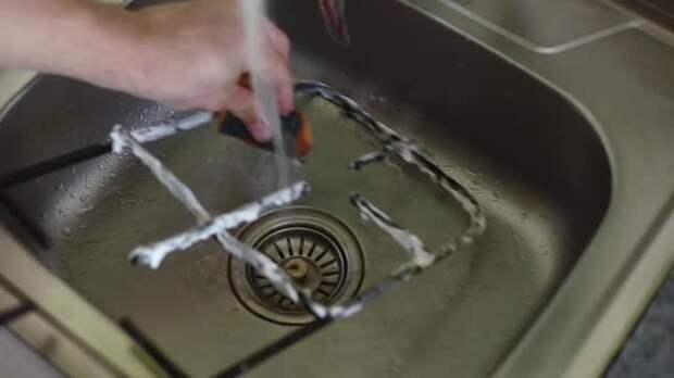 Нагар и жир с решетки газовой плиты я удаляю в считаные минуты: простой способ