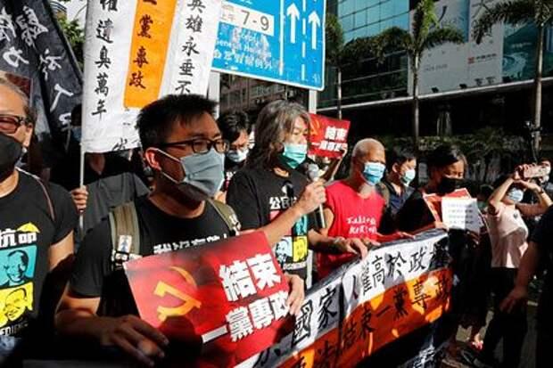 Китай предложил США «попробовать» вести санкции против Гонконга