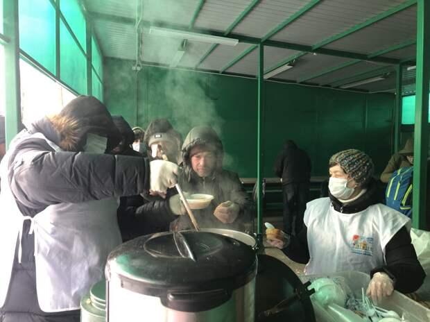 Горячие обеды дают бездомным в приюте на Ярославском шоссе