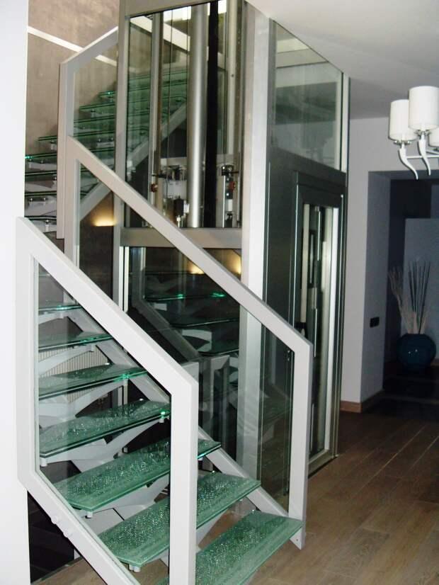 Лестница со стеклянными ступенями и ограждениями