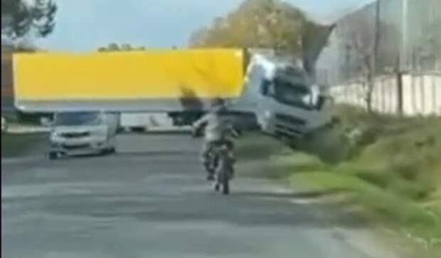 Пьяный или уставший? Водитель гигантской фуры перекрыл улицу в приморском городе