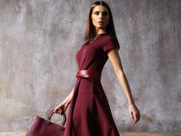 девушка в платье цвета марсала